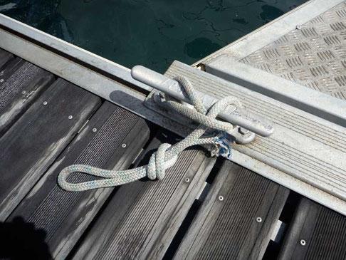 comme le veut la tradition, les amarres de TIKI sont coupées