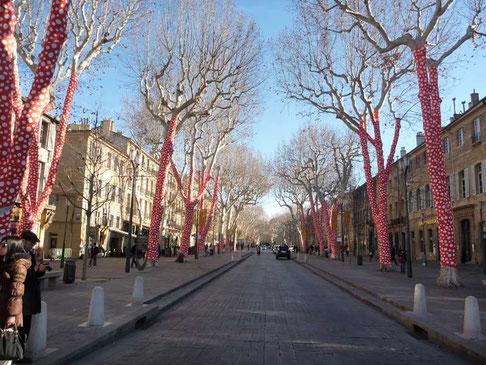 dans le cadre de Marseille 2013, les platanes du Cours Mirabeau à Aix ont pris des couleurs