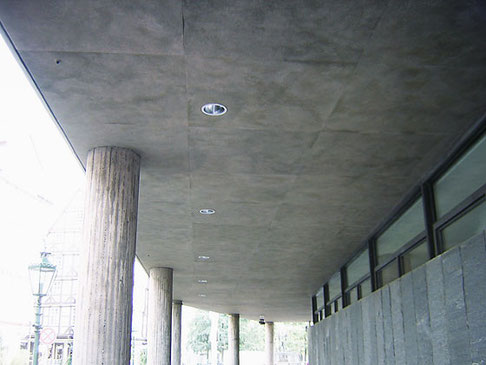 Aussendecke im Eingangsbereich des Historischen Museums Hannover. Nach Betonsanierungsarbeiten war die  Optik der Betondecke zerstört. Wir haben die ursprüngliche Betonoptik farbig nachgestellt.