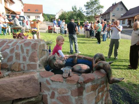 Am oberen Dorfplatz mit seinem Brunnen feiert die Dorfgemeinschaft öfter.