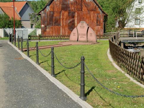 Im Ortskern gegenüber von Kirche und Pfarrhaus gibt es diese kleine Parkanlage.