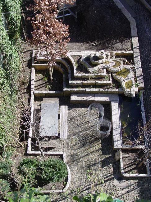 Brunnenanlage mit Tischen und Umrandungssteinen