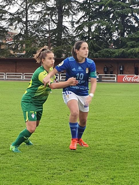 Isina y Sheila forcejean en una jugada del encuentro - Foto: SD Eibar