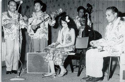THE ROYAL HAWAIIAN MINSTRELS vlnr: Ming Luhulima - Harry Seegers - Elly Baron - Leon Merlingmeyer - George de Fretes