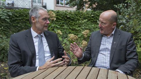 Der evangelische Stadtdekan Dr. Achim Knecht (links) und der katholische Stadtdekan Dr. Johannes zu Eltz (rechts) I Foto: Rolf Oeser (Quelle: www.efo-magazin.de)