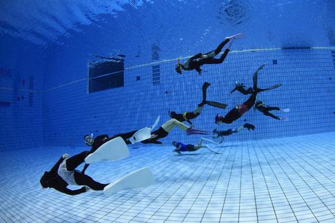 スキンダイビング,ドルフィンスイム練習会中,ドルフィンスイムをイメージしてプールで泳ぐ