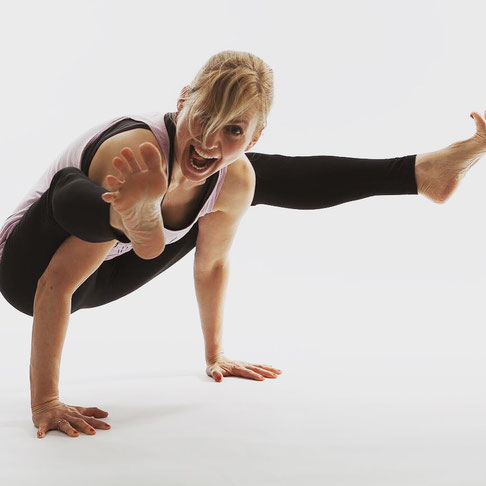 Yoga-Lehrerin, Dreifach-Mama, Coach und Bloggerin Silja Mahlow in Asana-Action MOMazing Mama Mami Yoga Blog