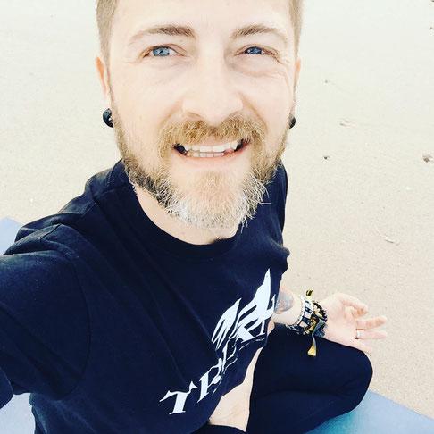 Selfie nach dem Meditieren! Yoga-Papa und Blogger Thomas Meinhof auf dem Yoga Mama Blog MOMazing.