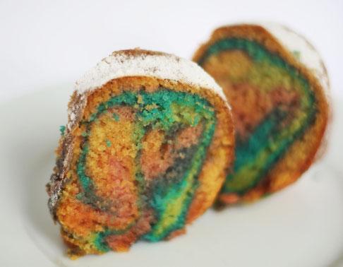 Bunter Regenbogenkuchen - Sandkuchen bunt eingefärbt