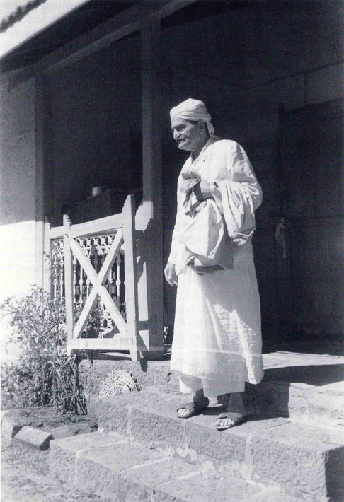 Meher Baba in Satara in 1955-6. Image courtesy of Lord Meher.