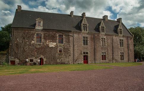 Chateau fort médiéval avec son étang source de légendes