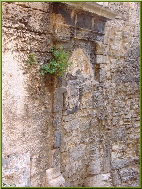 Vestige d'une porte ou cheminée, Baux-de-Provence, Alpilles (13)