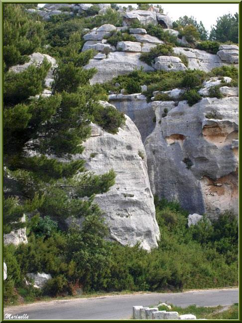 Le Val d'Enfer avec sa route au coeur des rochers, Baux-de-Provence, Alpille (13)