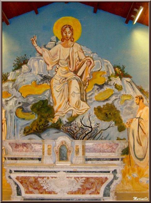 Chapelle des Pénitents-Blancs, Les Baux-de-Provence, Alpilles (13) : autel et une des fresques murales d'Yves Brayer