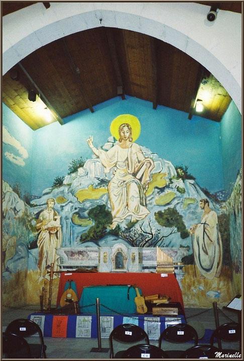 Chapelle des Pénitents-Blancs, Les Baux-de-Provence, Alpilles (13) : autel avec une des fresques murales d'Yves Brayer et des instruments de musique provençaux anciens