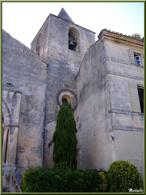 Côté du parvis et clocher de l'église Saint-Vincent, Les Baux-de-Provence, Alpilles (13)