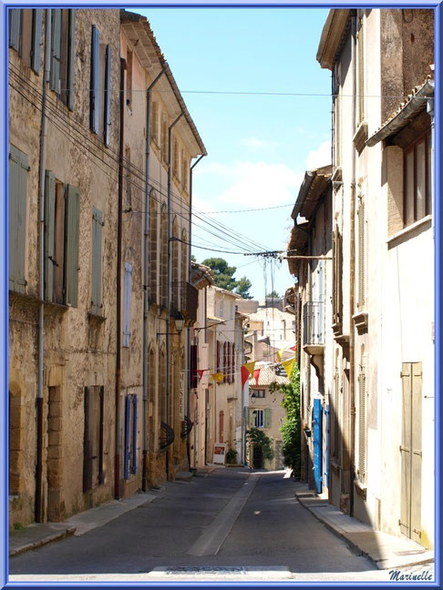 Ruelle dans le village de Cucuron, Lubéron (84)