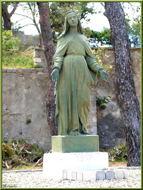 Statue de la Vierge à l'entrée du jardin de la chapelle Notre Dame de Beauregard, village d'Orgon, entre Alpilles et Lubéron (13)