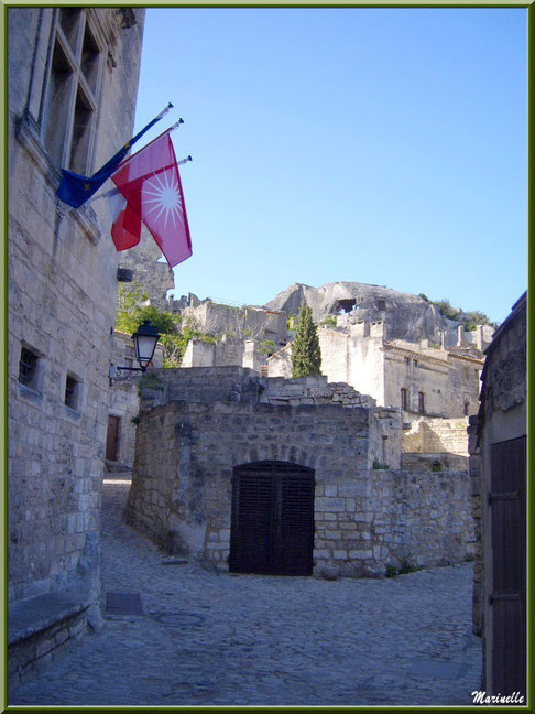 A gauche, l'Hôtel de Manville (Mairie) avec ses drapeaux, Baux-de-Provence, Alpilles (13)