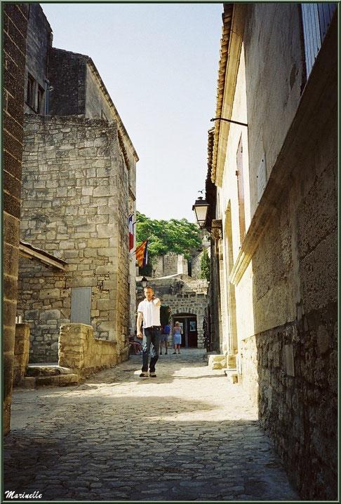 Au fond à gauchen l'Hôtel de Manville (Mairie) avec ses drapreaux, Baux-de-Provence, Alpilles (13)