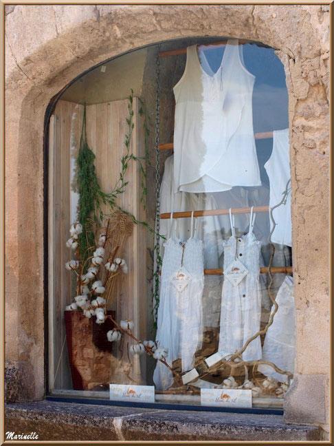 """Fenêtre boutique """"Blanc du Nil"""", Baux-de-Provence, Alpilles (13)"""