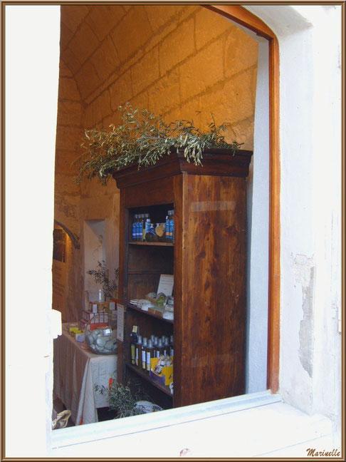 Musée des Arômes et des Parfums, Baux-de-Provence, Apilles (13) : fenêtre de la boutique