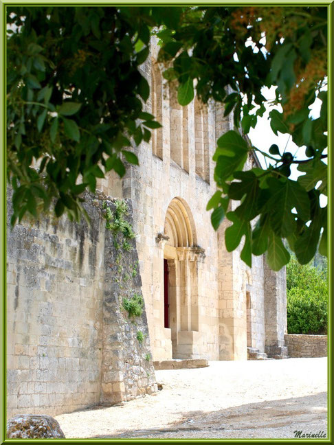 Façade avec entrée principale de l'abbaye de Silvacane (vue de côté), Vallée de la Basse Durance (13)
