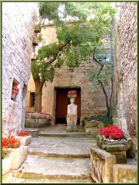 Recoin fleuri au détour d'une ruelle, Baux-de-Provence, Alpilles (13)