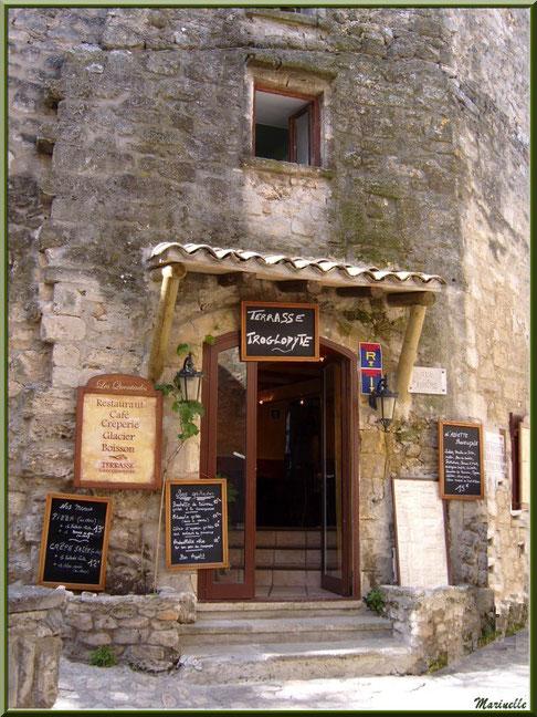 Entrée d'un restaurant-café- glacier-crêperie avec terrasse troglodyte dans une ruelle, Baux-de-Provence, Alpilles (13)