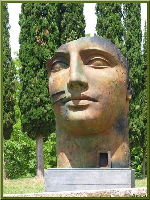 Sculpture exposée dans le jardin d'entrée de l'abbaye de Silvacane, Vallée de la Basse Durance (13)