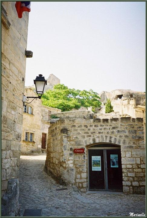 Ruelles et vieilles pierres (mairie au coin à gauche), Baux-de-Provence, Alpilles (13)