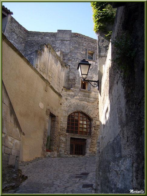 Ruelle et vieilles bâtisses restaurées, Baux-de-Provence, Alpilles (13)