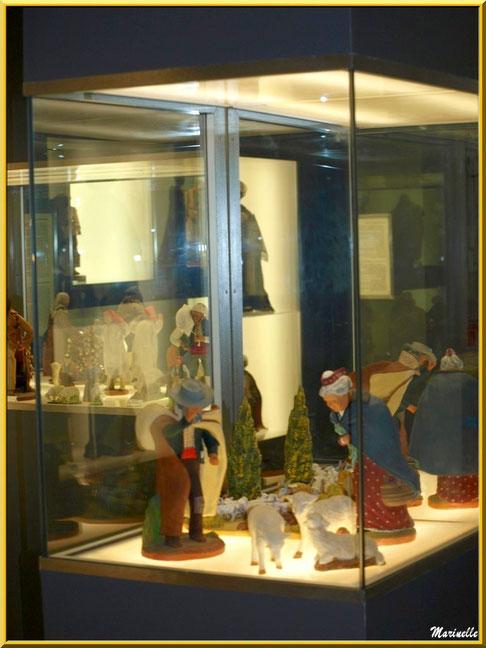"""Musée des Santons, Baux-de-Provence, Apilles (13) : santons berger """"Coup de Mistral"""" et vieille Arlésienne"""