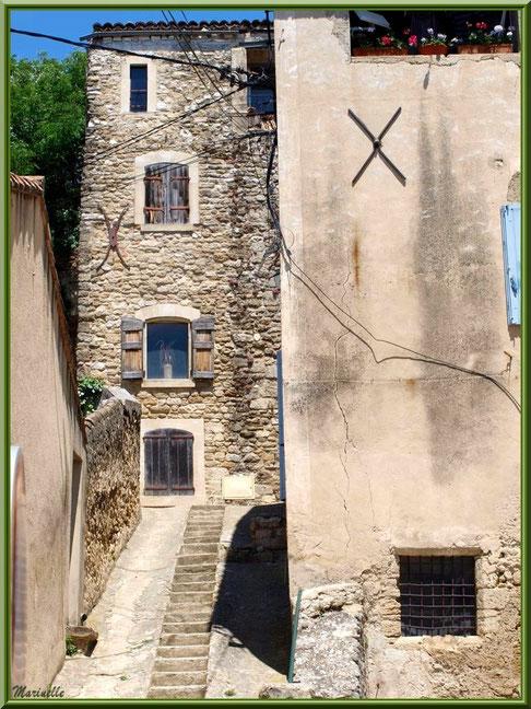 Ruelle et vieilles bâtisses, village de Cucuron, Lubéron (84)