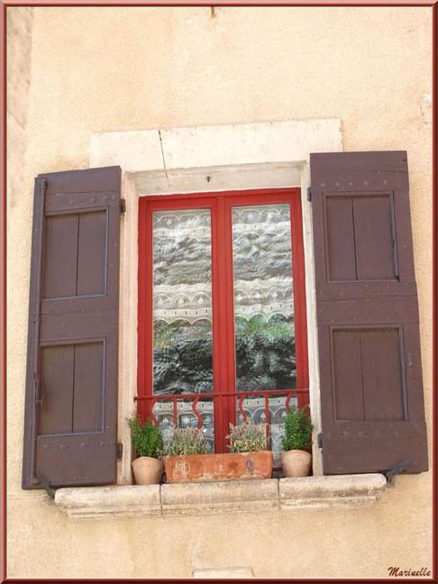 Fenêtre d'une maison au village de Cucuron, Lubéron (84)