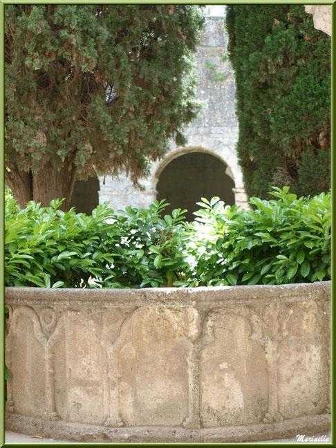 Le lavabo dans le jardin intérieur du cloître de l'abbaye de Silvacane, Vallée de la Basse Durance (13)