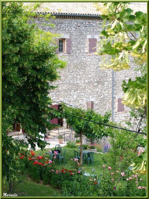 Dans les jardins de l'ancien monastère de la chapelle Notre Dame de Beauregard, village d'Orgon, entre Alpilles et Lubéron (13)