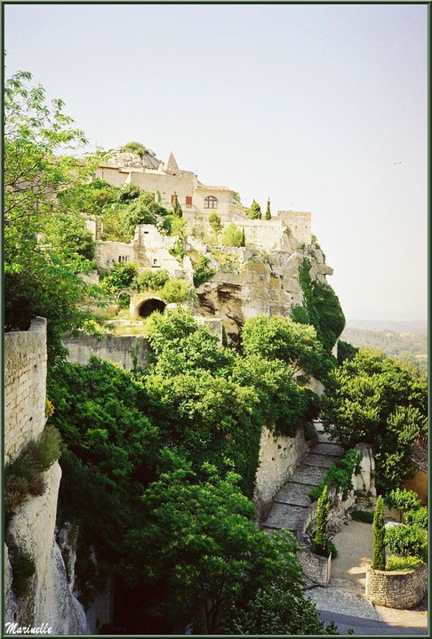 Verdure, vieilles pierres et bâtisses restaurées, Baux-de-Provence, Alpilles (13)