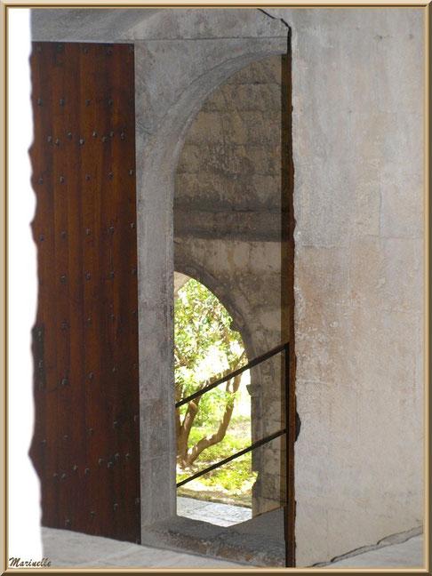 Porte menant au cloître de l'abbaye de Silvacane, Vallée de la Basse Durance (13)
