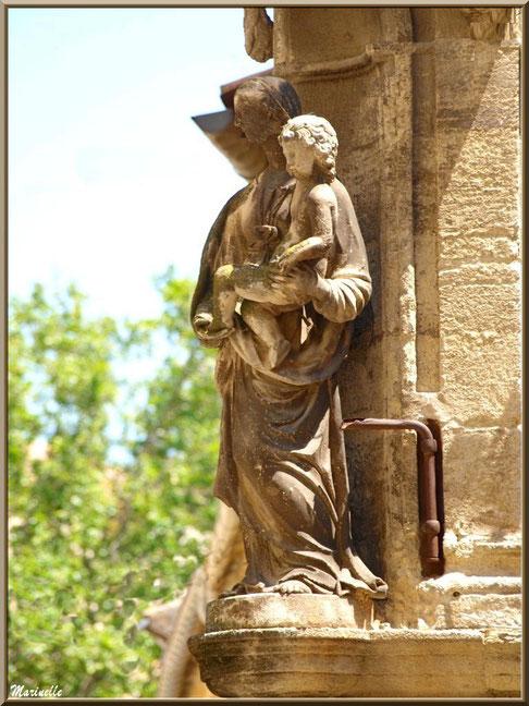 Vierge à l'enfant au coin d'une bâtisse au détour d'une ruelle, village de Cucuron, Lubéron (84)