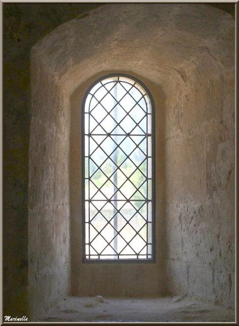 Fenêtre depuis l'intérieur de la Salle des Moines de l'abbaye de Silvacane, Vallée de la Basse Durance (13)