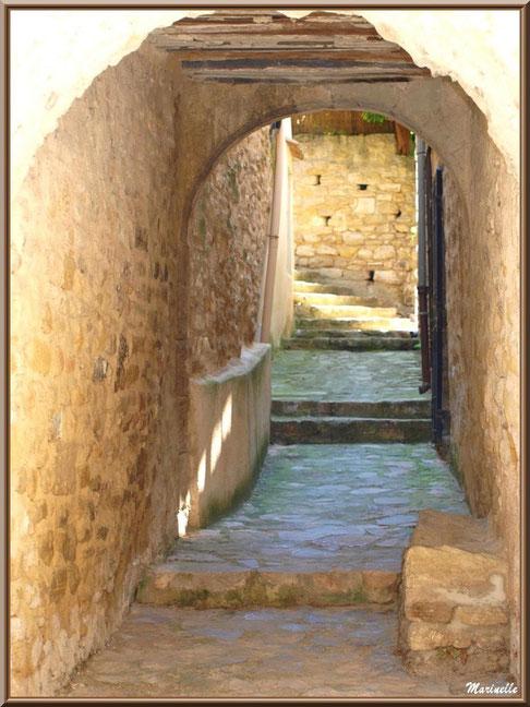 Ruelle en calade et soustet (porche dans ruelle), village de Cucuron, Lubéron (84)