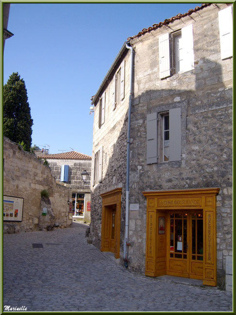 """Boutique """"La Cure Gourmande"""" dans ruelle entrée de la cité, Baux-de-Provence, Alpilles (13)"""