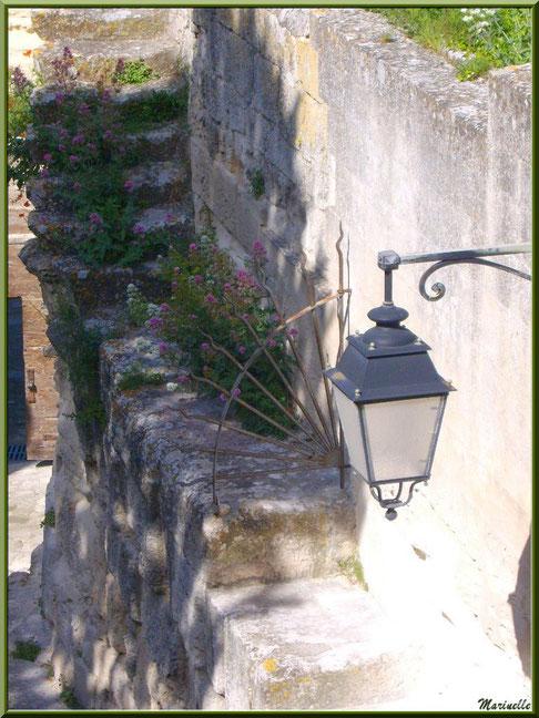 Porte d'Eyguières ou Porte de l'Eau, Baux-de-Provence, Alpilles (13) : lampe, ferronnerie et Valérianes côté intérieur