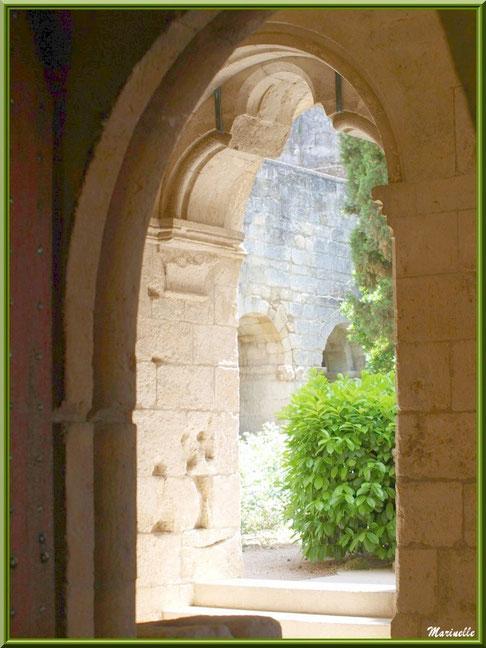 Une des ouvertures du cloître de l'abbaye de Silvacane menant au jardin intérieur, Vallée de la Basse Durance (13)