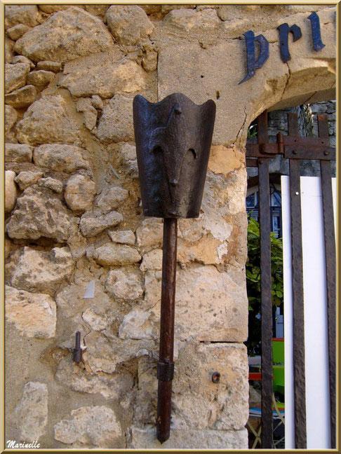 """Torche sur le côté de la grille d'entrée de la maison d'hôte """"Le Prince Noir"""", Baux-de-Provence, Alpilles (13)"""