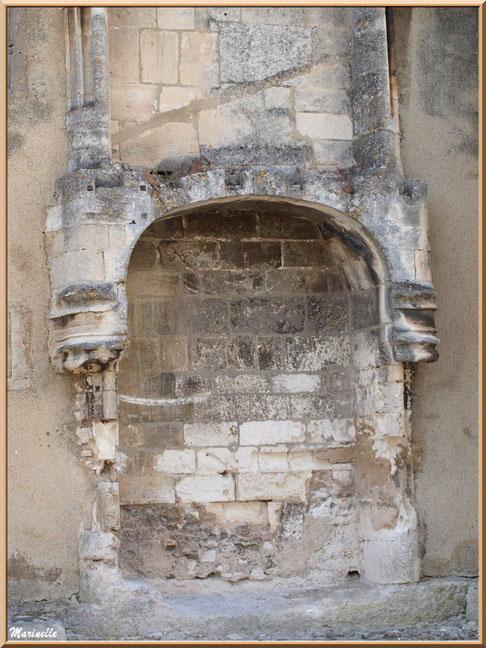 La Maison du Roy (Office de Tourisme), Baux-de-Provence, Alpilles (13) : vestige cheminée à gauche en entrant dans le village