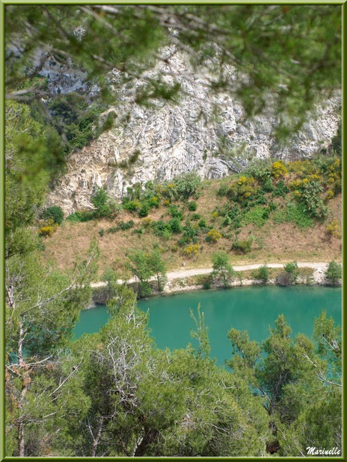 Vue panoramique sur le lac de Lavau dans la Vallée Heureuse depuis la route montant à la chapelle Notre Dame de Beauregard, village d'Orgon, entre Alpilles et Lubéron (13)