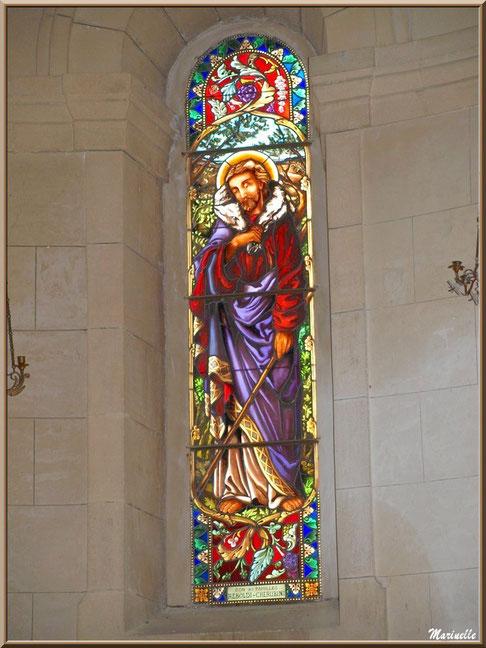 Un des vitraux de la chapelle Notre Dame de Beauregard, village d'Orgon, entre Alpilles et Lubéron (13)