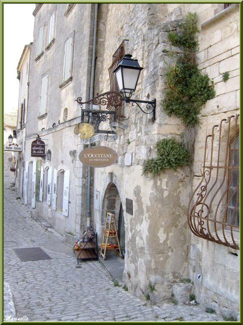 Ruelle et commerces, Baux-de-Provence, Alpilles (13)